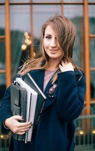 Studentin, lächelnd
