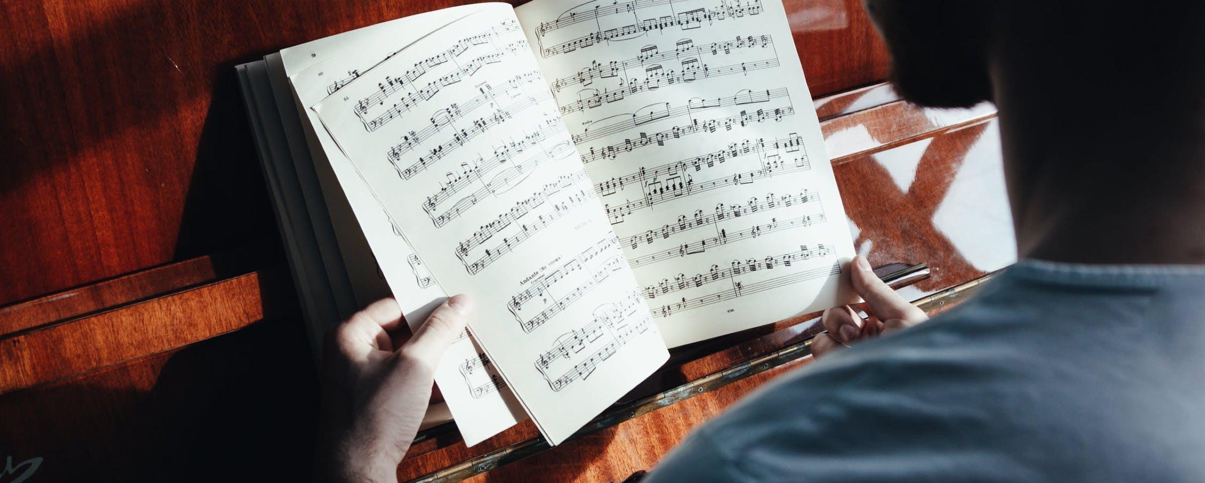 Musiknoten und ein Klavier