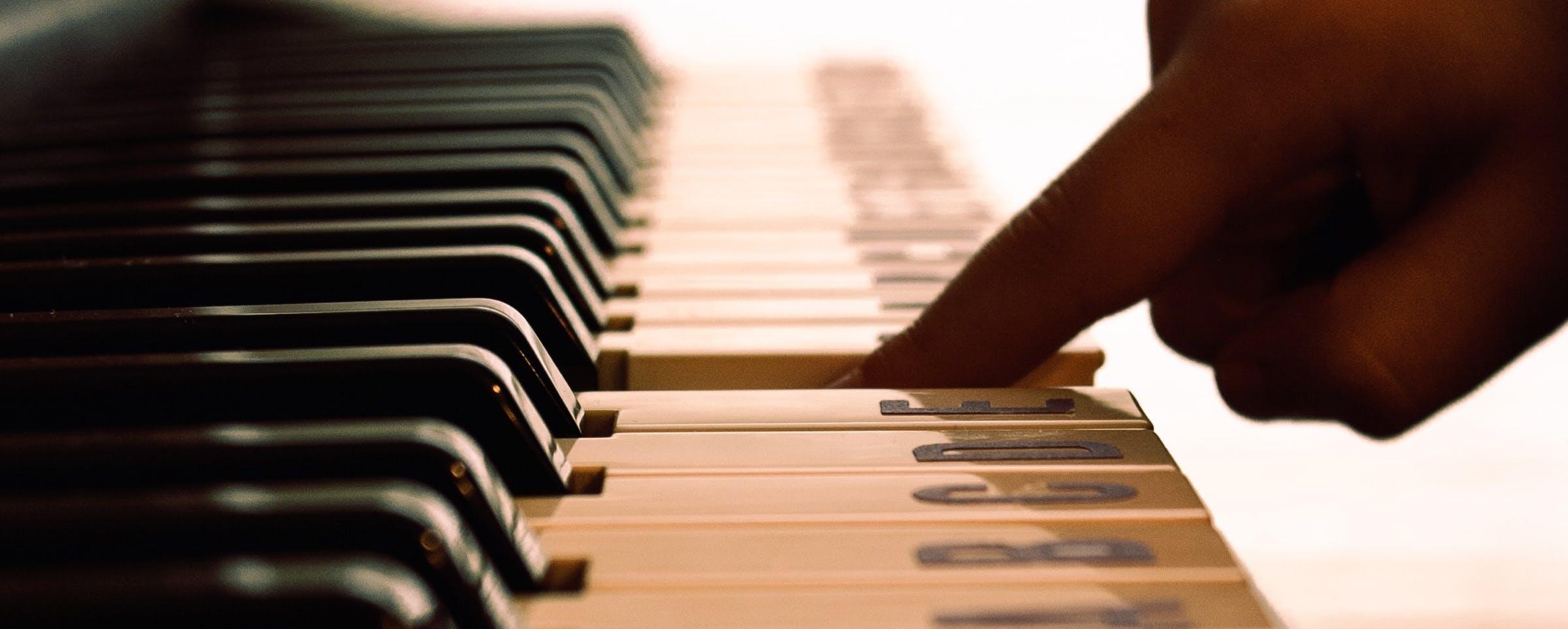 Klavier mit einem Finger spielen