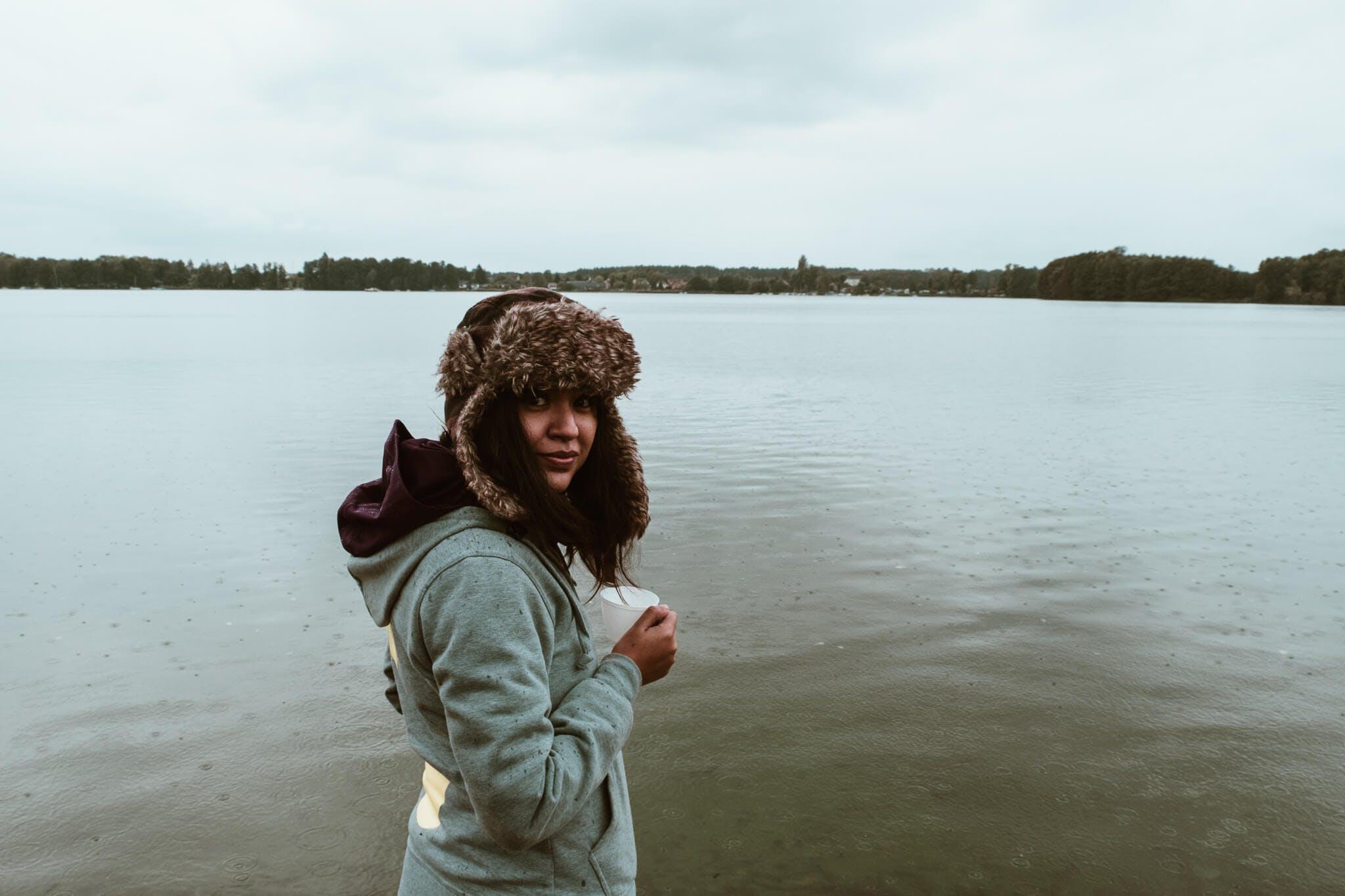 Mitarbeiterin am See