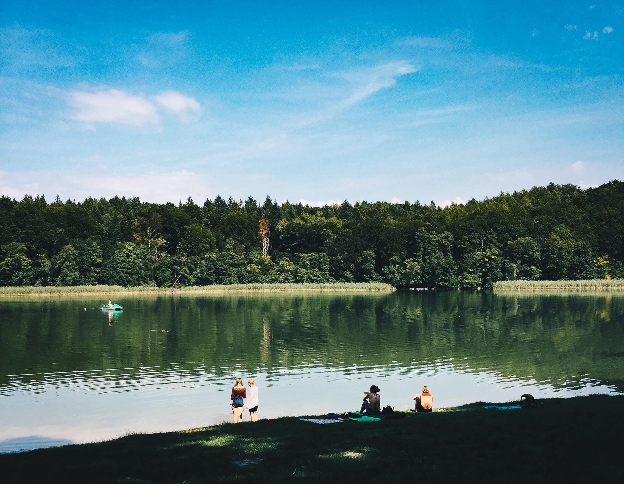 Blick auf See mit Badegästen