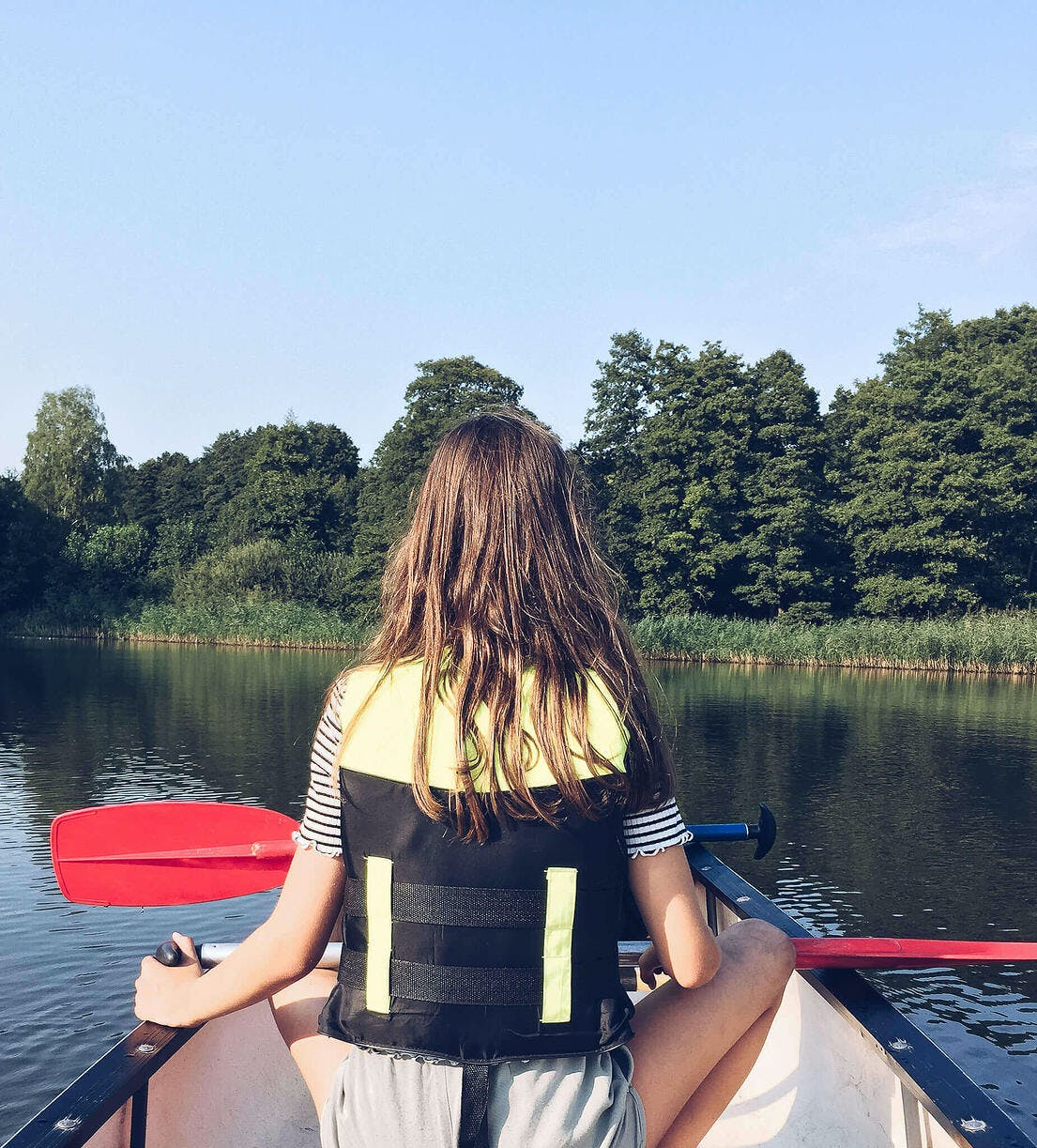 Mädchen im Kanu mit Paddel