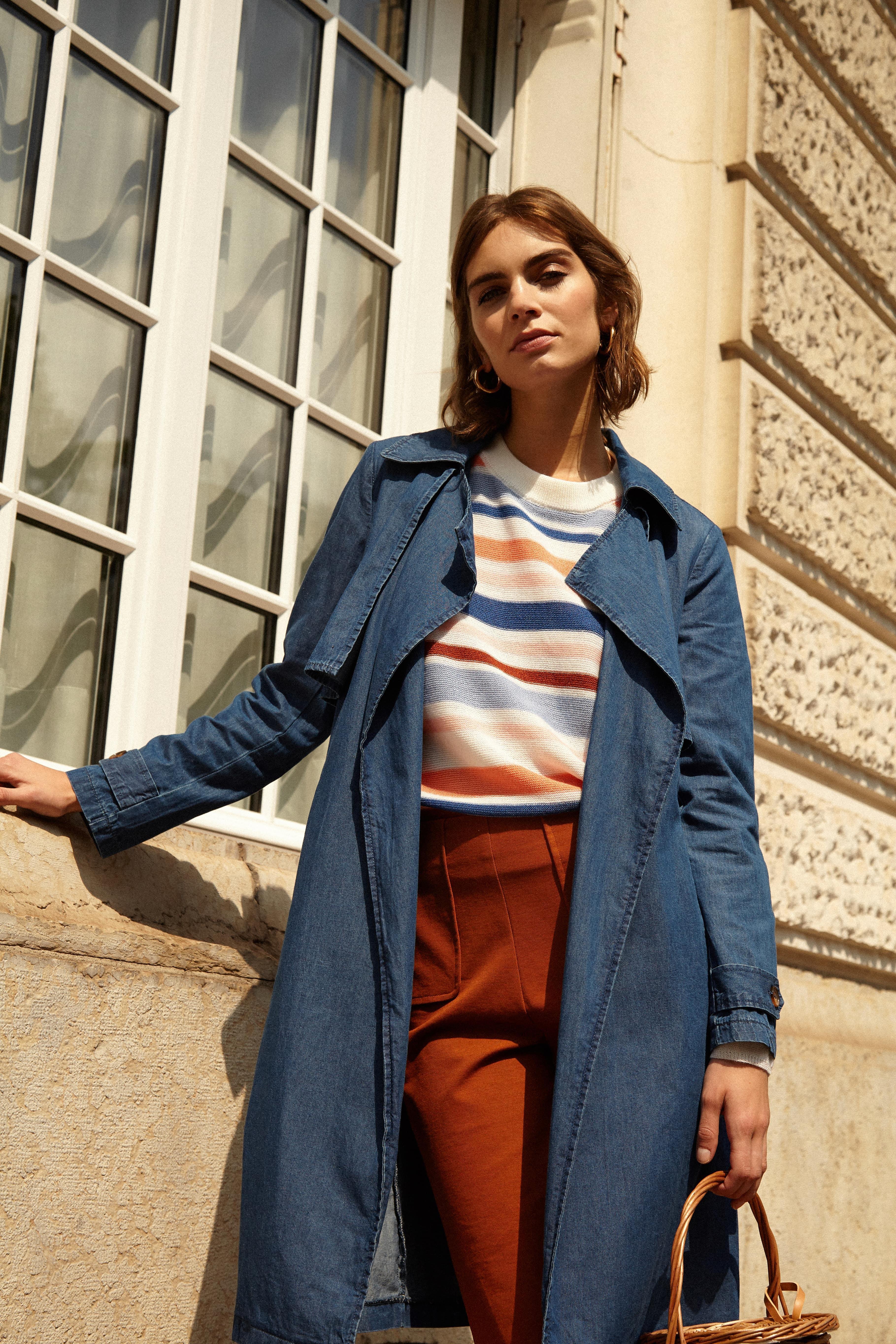 Le trench en toile de coton souple de couleur bleu Sanya FRNCH, c'est l'esprit de la marque. Pour une allure chic et raffiné à chacune de vos tenues craquez pour cette pièce maîtresse du dressing féminin qui se porte à toutes les saisons sur une robe ou sur pantalon. Parfait en toute saison c'est un indispensable de la saison.