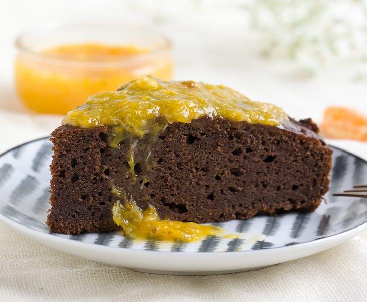 Chocolate cake with yogurt, stevia and tangerine jam