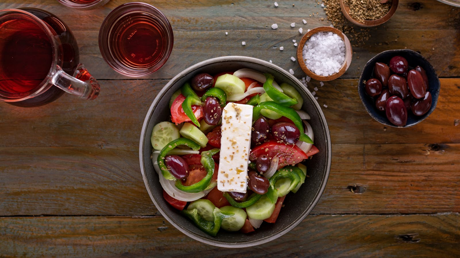 Greek Salad : How to make a traditional and easy greek salad