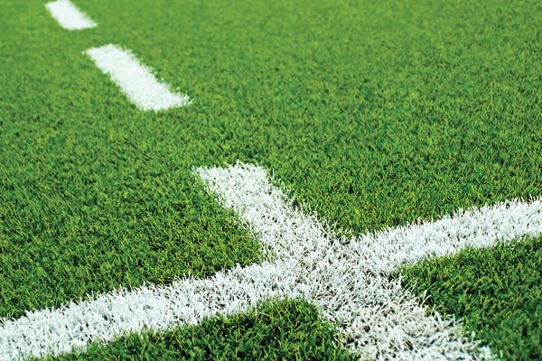 marcaje albe pe gazon sintetic pe terenuri de sport