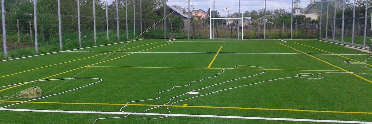 teren de fotbal cu gazon sintetic verde