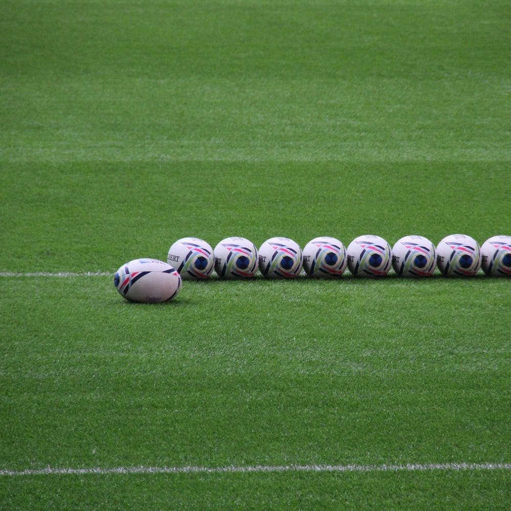 mingi de rugby insirate pe gazon natural teren de sport