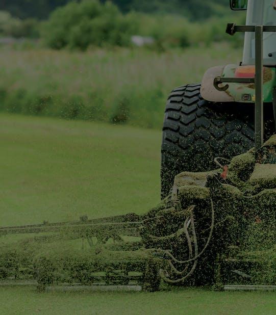 Tractor, cositoare, gazon tuns la o ferma de gazon rulou