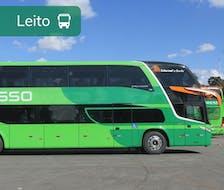 ônibus verde com o logo da expresso sob um céu azul