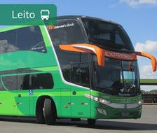frente de um ônibus verde da expresso sob um céu azul