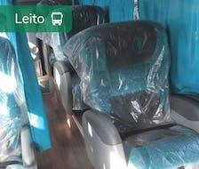 poltronas tipo leito confortáveis protegidos com uma capa transparente