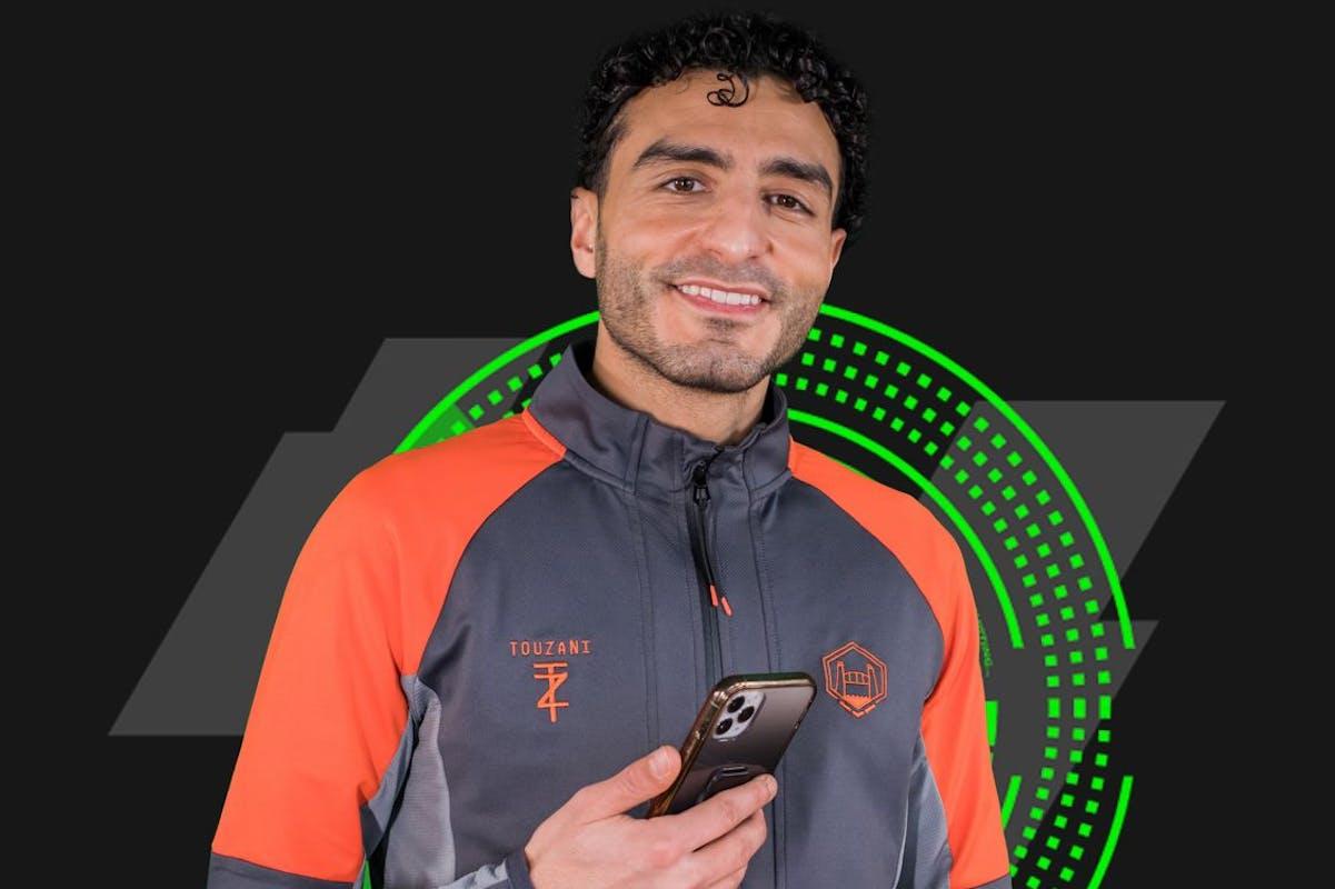 Soufiane Touzani is een voetballer en inspiratiebron voor jong en oud. Ballie applicatie foto.