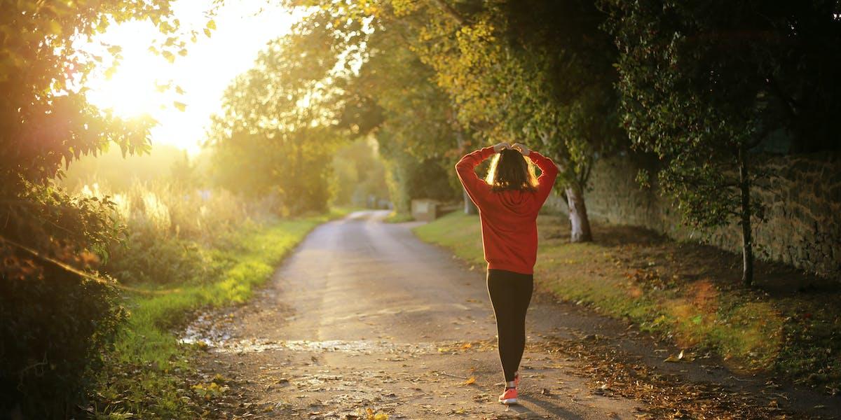 Voldoende bewegen en naar buiten gaan om mentale gezondheid te verbeteren.