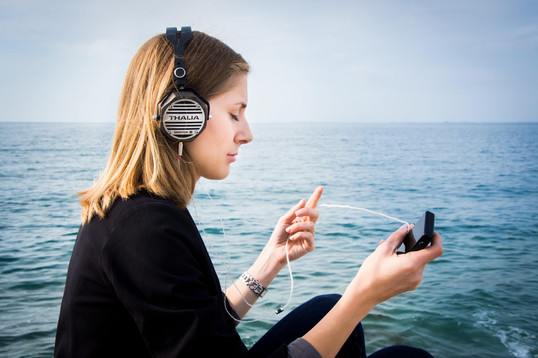 Muziek als medicijn - Meisje luistert naar muziek tegen angst, pijn en stress.