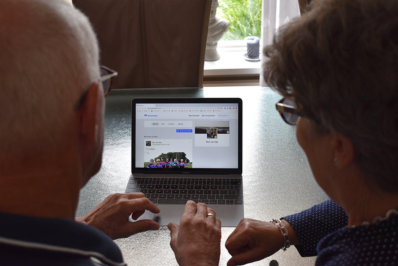 Twee senioren gebruiken Stamtafel om in contact te blijven met familie.