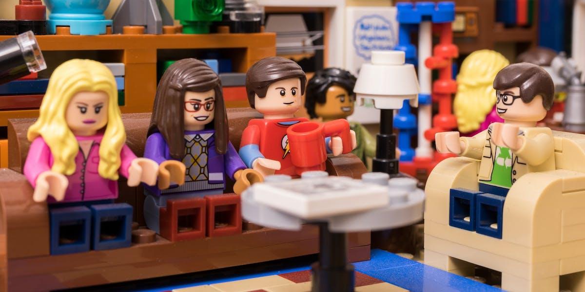 Een familieopstelling met Lego-poppetjes als representanten.