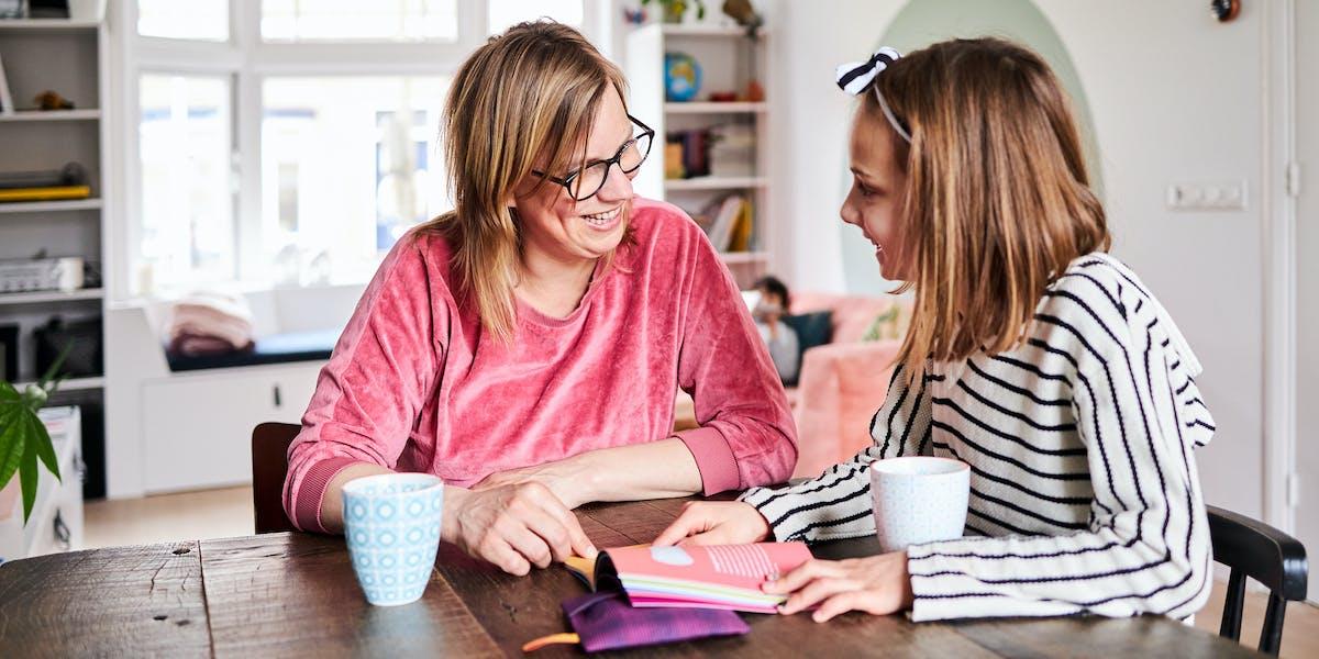 Moeder en dochter praten aan de hand van Fentalks over menstruatie