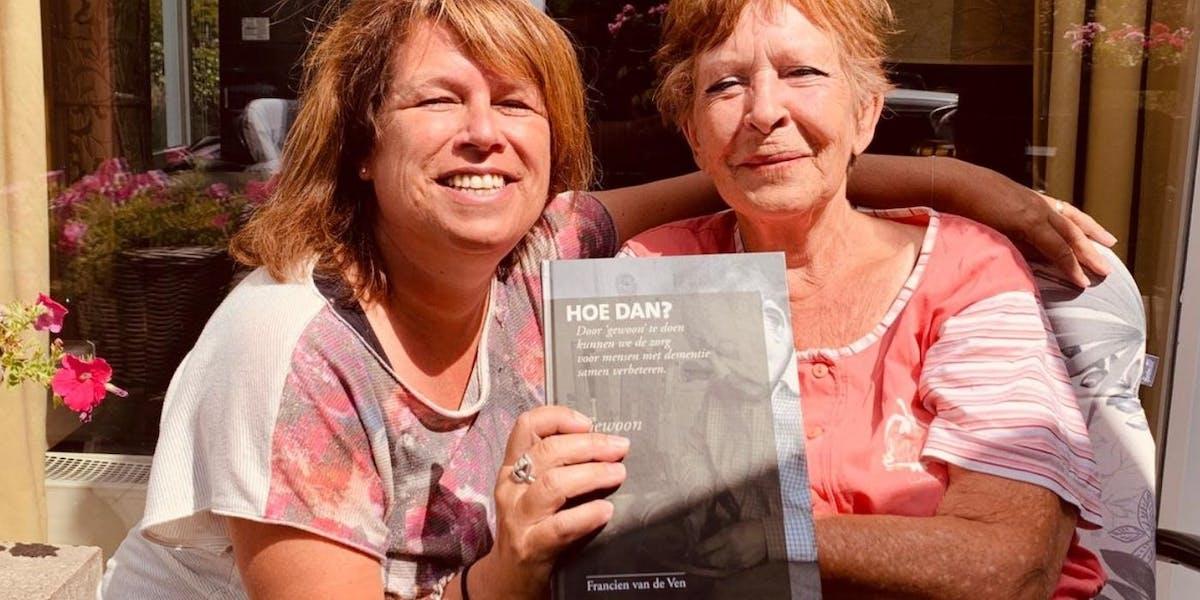 Francien van de Ven (links) met haar boek 'Hoe dan?' in de hand.