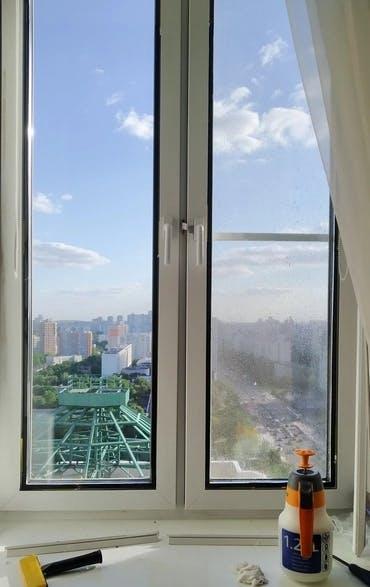 Окно в квартиире с тонировкой зеркальной пленкой