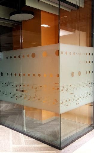 декоративная пленка на стеклянной перегородке