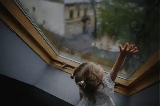 Ребенок у окна с защитной пленкой