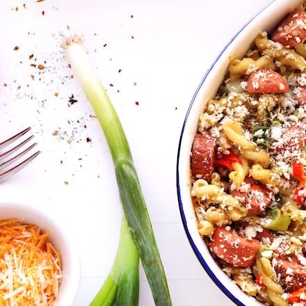 Pølsegrateng med pasta, ostesaus, paprika og vårløk