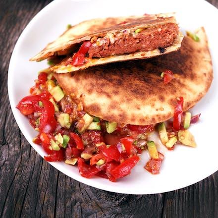 Burger-quesadillas med avokadosalsa