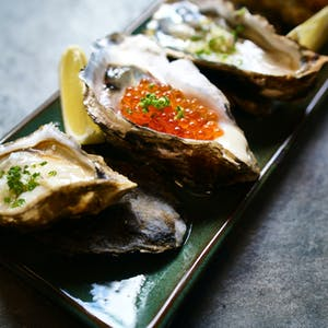 Differently cooked oysters on a rectangular plate