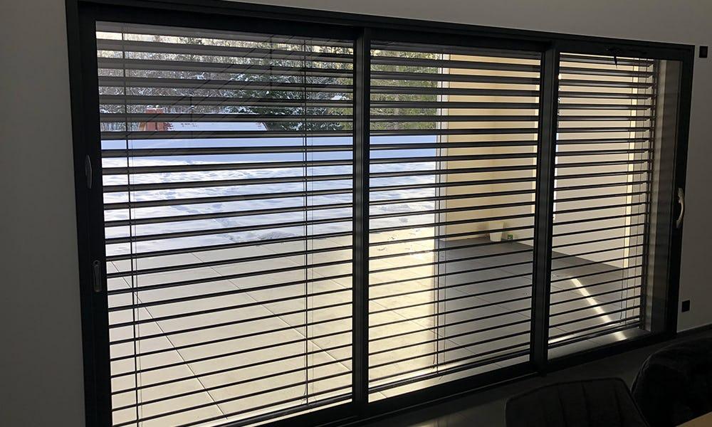 Menuiserie fenêtre aluminium et brises soleil orientables