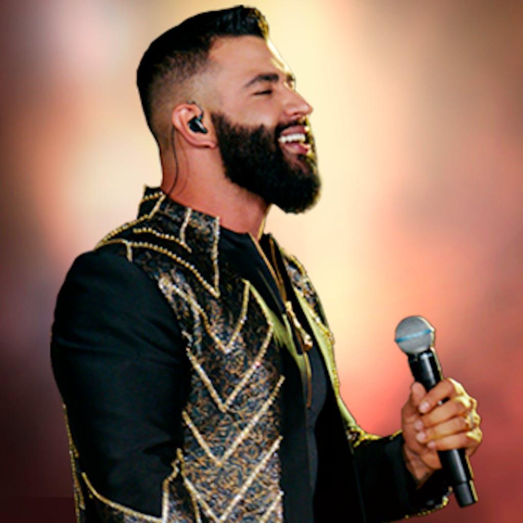 Cantor sertanejo Gusttavo Lima usando uma roupa preta em um de seus shows.
