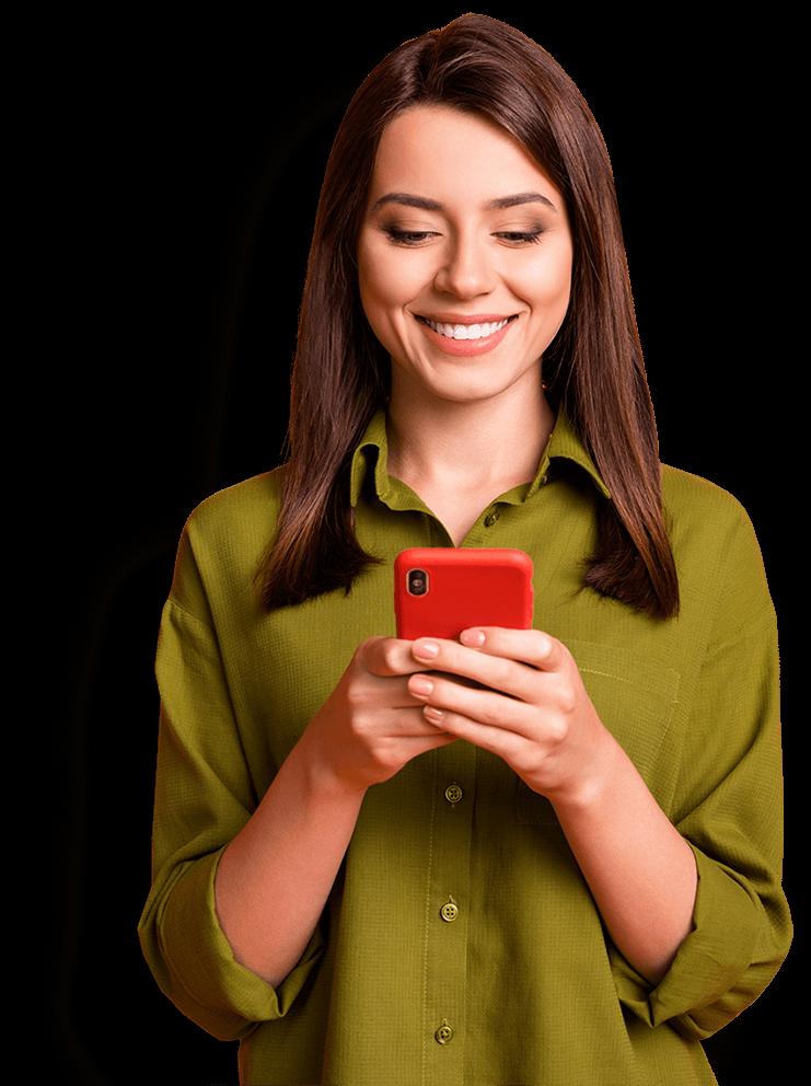 Kvinna som tittar på sin mobil