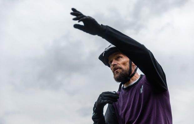 Morten med cykelhjelm på, der peger i retningen af hvor turen går hen.