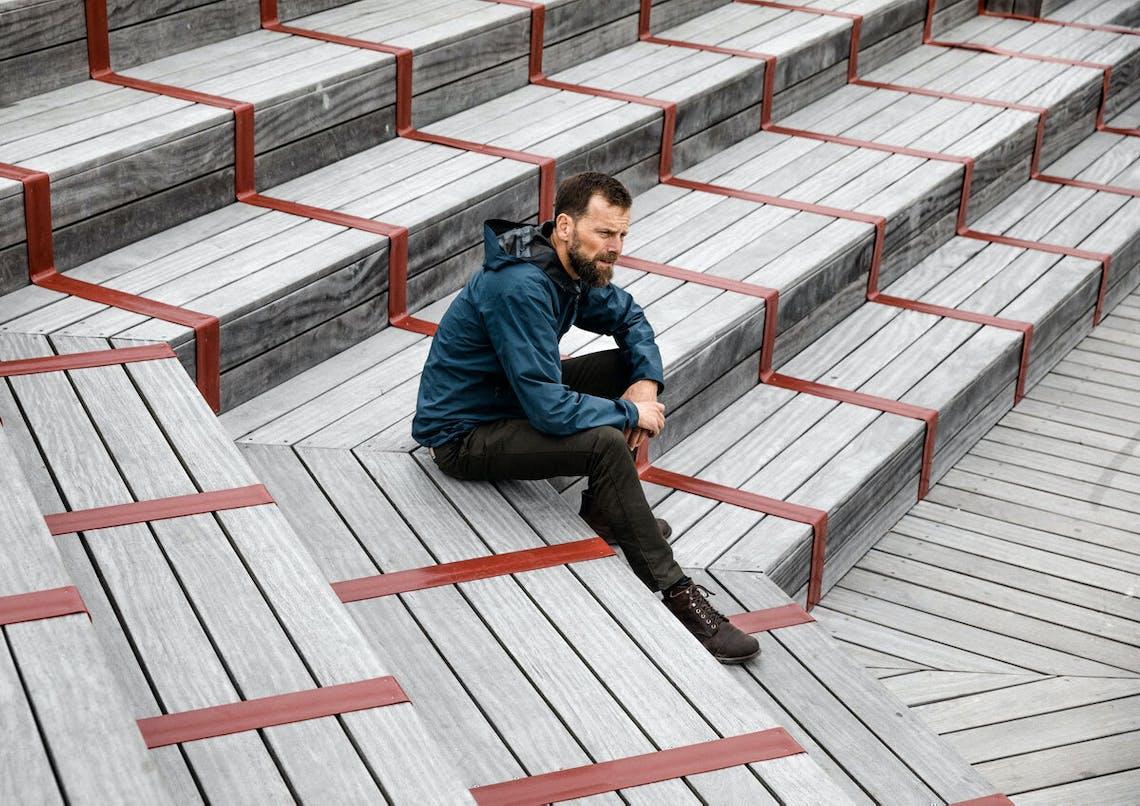 Morten udendørs siddende på en trappe