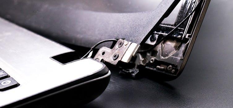 Häufige Laptopschäden durch ein gebrochenes Scharneir