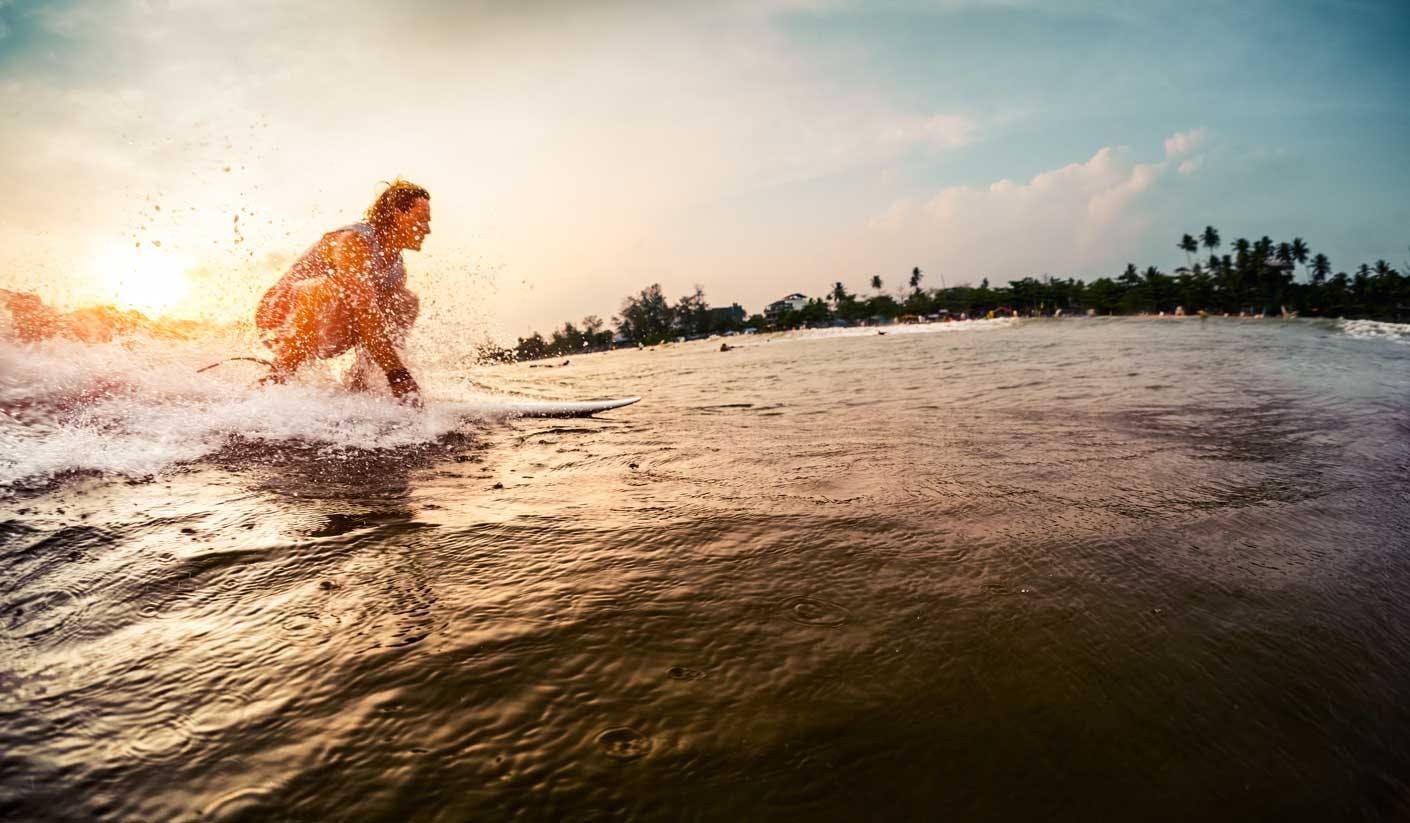 Surf Workout: Surferin auf dem Wasser