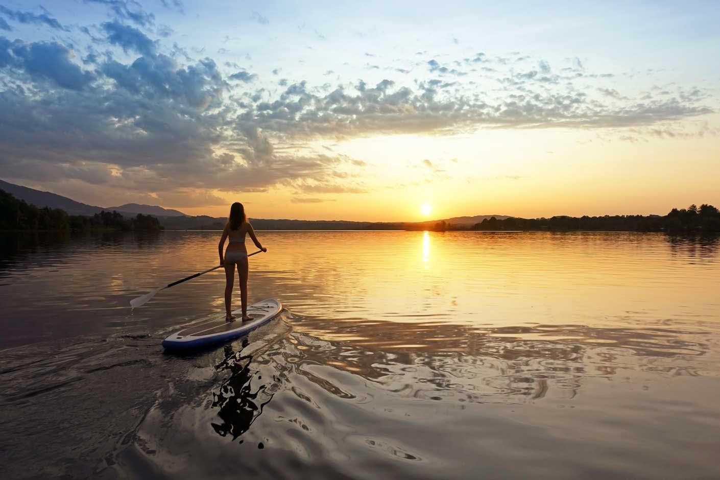 Stand Up Paddle Board ausleihen oder kaufen: SUP im Sonnenuntergang