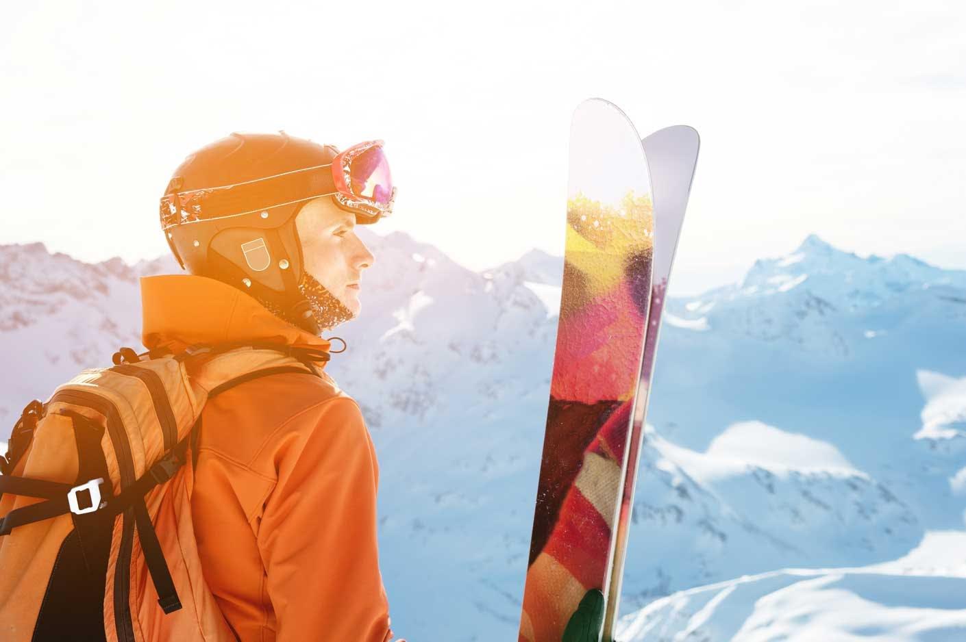Skifahrer mit Skiern in den Bergen