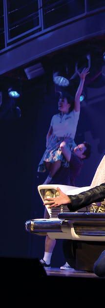 Huvudattraktionen i teatern är en 90 minuter lång och påkostad uppsättning av musikalen Grease.