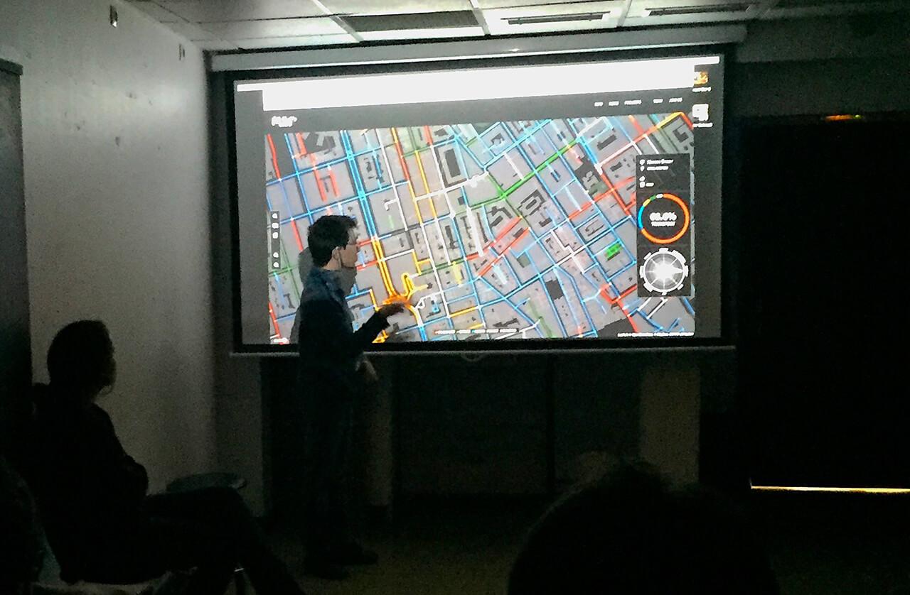 Victor Baissait donnant un cours de dataviz à des étudiants en design. (© Victor Baissait)
