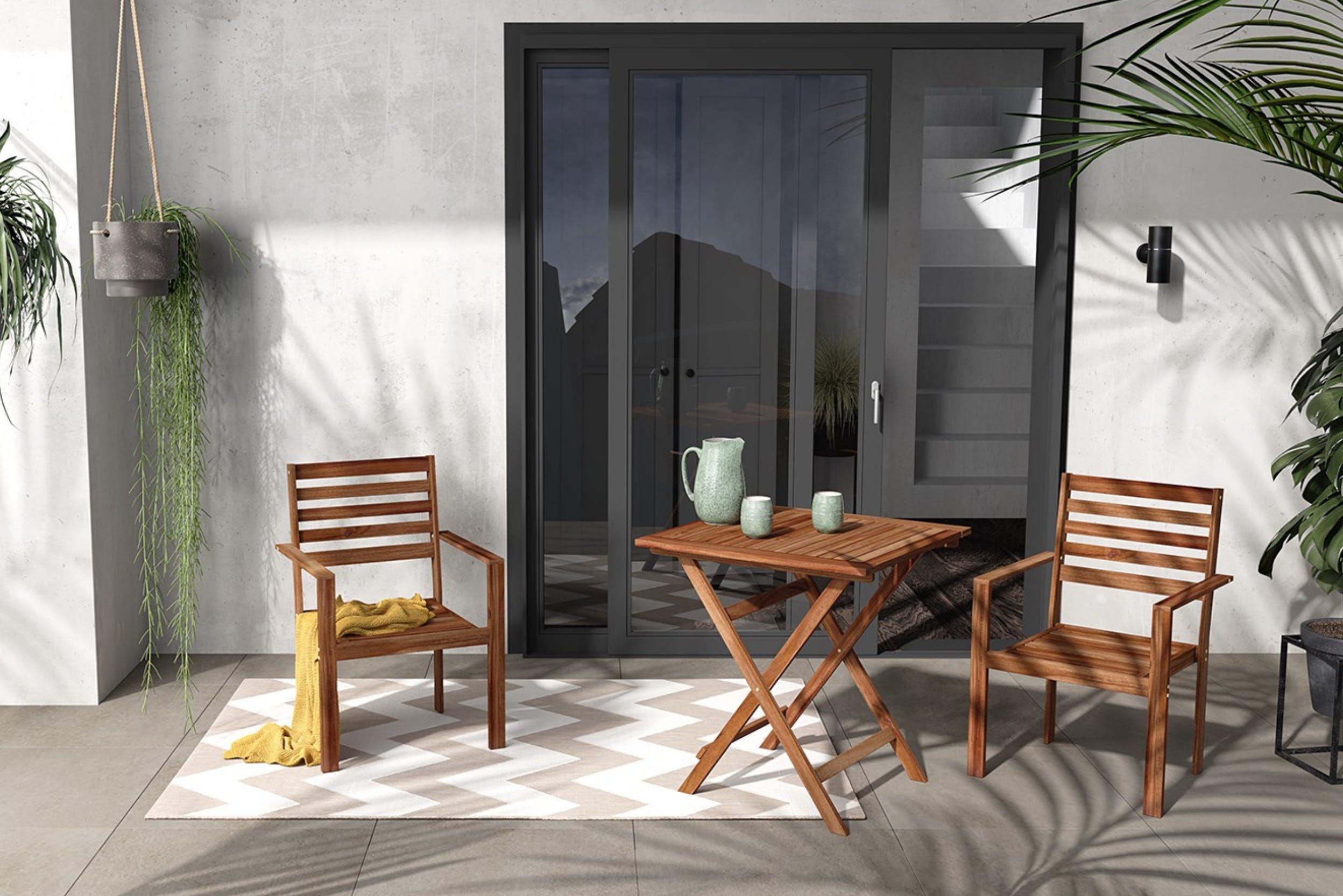 Arbeitsplatz mit Holztisch und Stuhl auf Terrasse