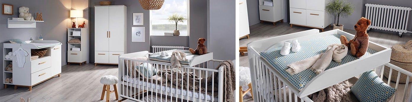 Kinderzimmer grau gestrichen und sanft beleuchtet mit Wickeltisch und Baby Gitterbett mit Teddy