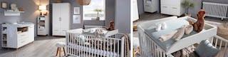 Babyzimmer mit weißem Gitterbett und Teddy sowie Wickeltisch und Schränke