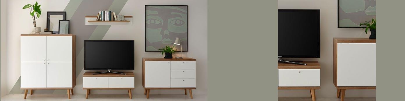 Arrangement aus TV-Möbeln an Wand stehend mit Ablagefläche