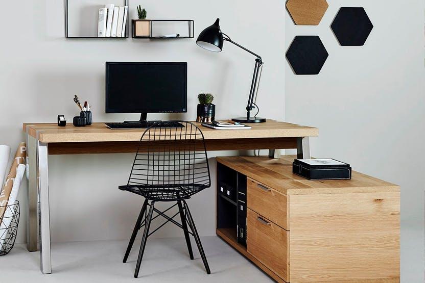 Eckschreibtisch mit integrierten Schubladen und schwarzer Tischlampe und schwarzem Stuhl