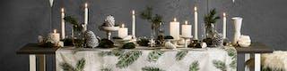 Kerstdecoratie zoals sterretjes, vazen, kaarsen en tafelkleden