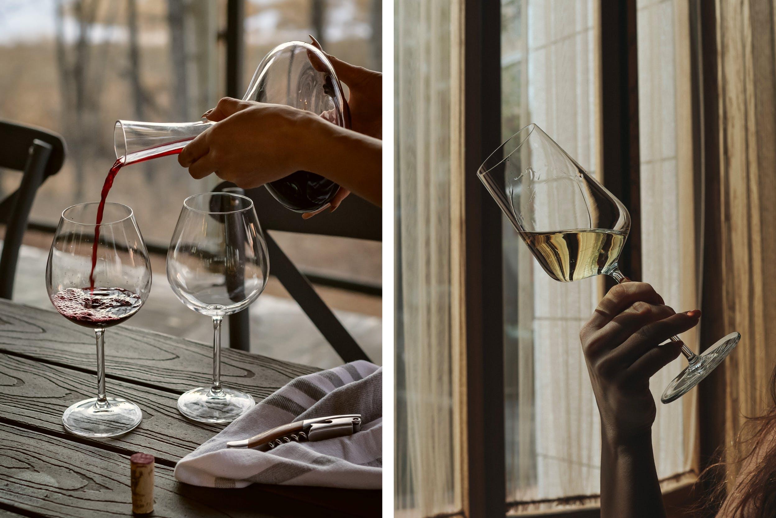 Dekanter und Weingläser auf Holztisch