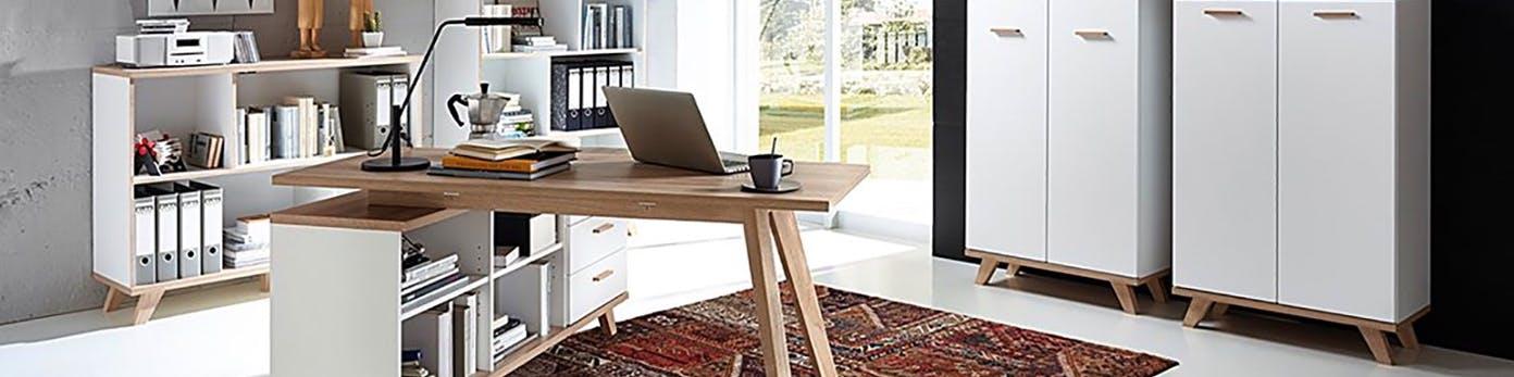 Arbeitstischplatte, die auf einer Seite auf einem tiefen Regal steht, mit schwenkbarer Arbeitstischlampe