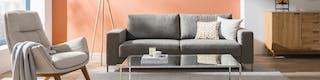 Modern ingerichte woonkamer met grijze gestoffeerde meubels