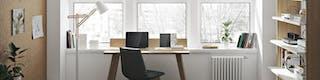 Schönes Büro mit hellen Holzmöbeln